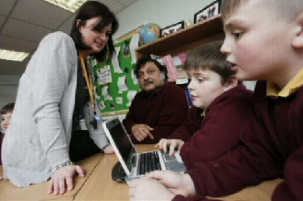 1台のパソコンを共有して使う子供たち